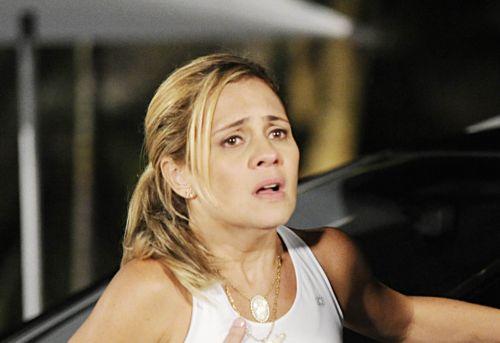 Em Avenida Brasil: Carminha vai parar no hospício