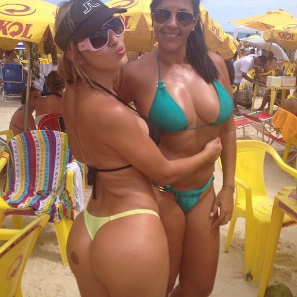 Modelo Cris Lopes curte o Carnaval no litoral