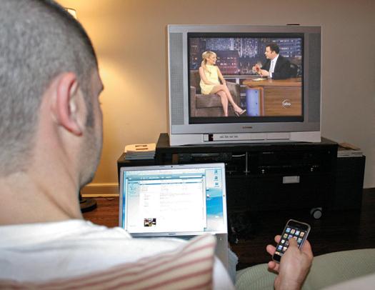 Usuário consome TV e web ao mesmo tempo (Foto: Reprodução)