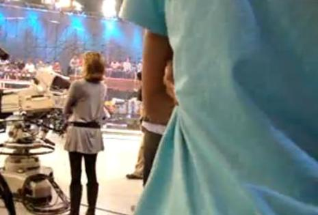 Felipe Santos entrando no estúdio do programa Legendários