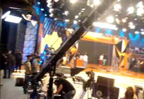 Felipe Santos filma o cenário do Legendários de outro ângulo