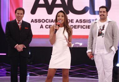 Silvio Santos divide palco do Teleton com Tiago Abravanel e Patrícia Abravanel