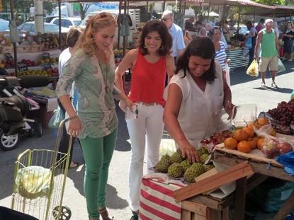 Angélica e Vanessa Giácomo fazem compras em feira no Rio