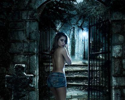 Karina Marques posa de topless em especial de revista