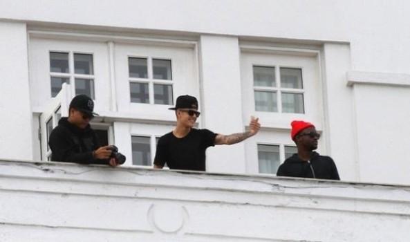 Justin Bieber interage com as fãs na sacada de hotel no Rio de Janeiro