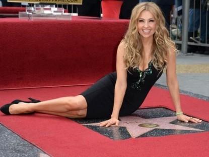 Thalia ganha estrela na Calçada da Fama