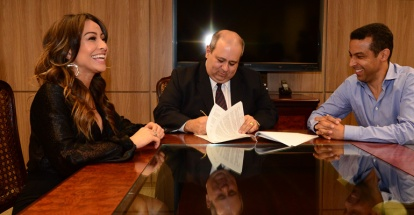 Sabrina Sato assina contrato com a Record