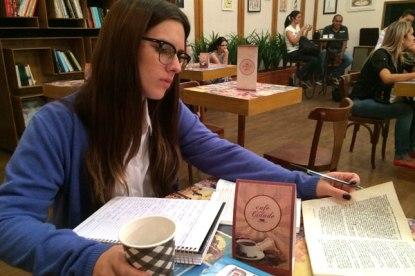 A atriz Lais Stefanini no papel de Carrie (Divulgação/SBT)