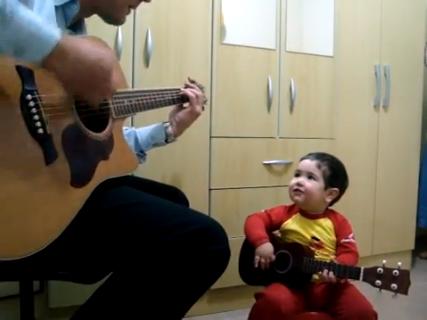 Vídeo de garotinho de dois anos que canta em inglês com o pai