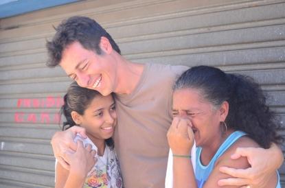 Rodrigo Faro conhece história de mulher que sustenta três filhos vendendo pano de prato