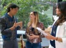 Arlindo Grund e Isabella Fiorentino ajudam participante a encontrar sua vaidade